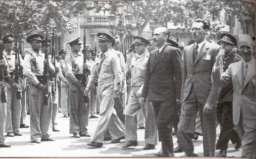 Antoni Maria Sbert desfilant a Barcelona durant la guerra civil, en primer pla el President de la Generalitat Lluis Companys